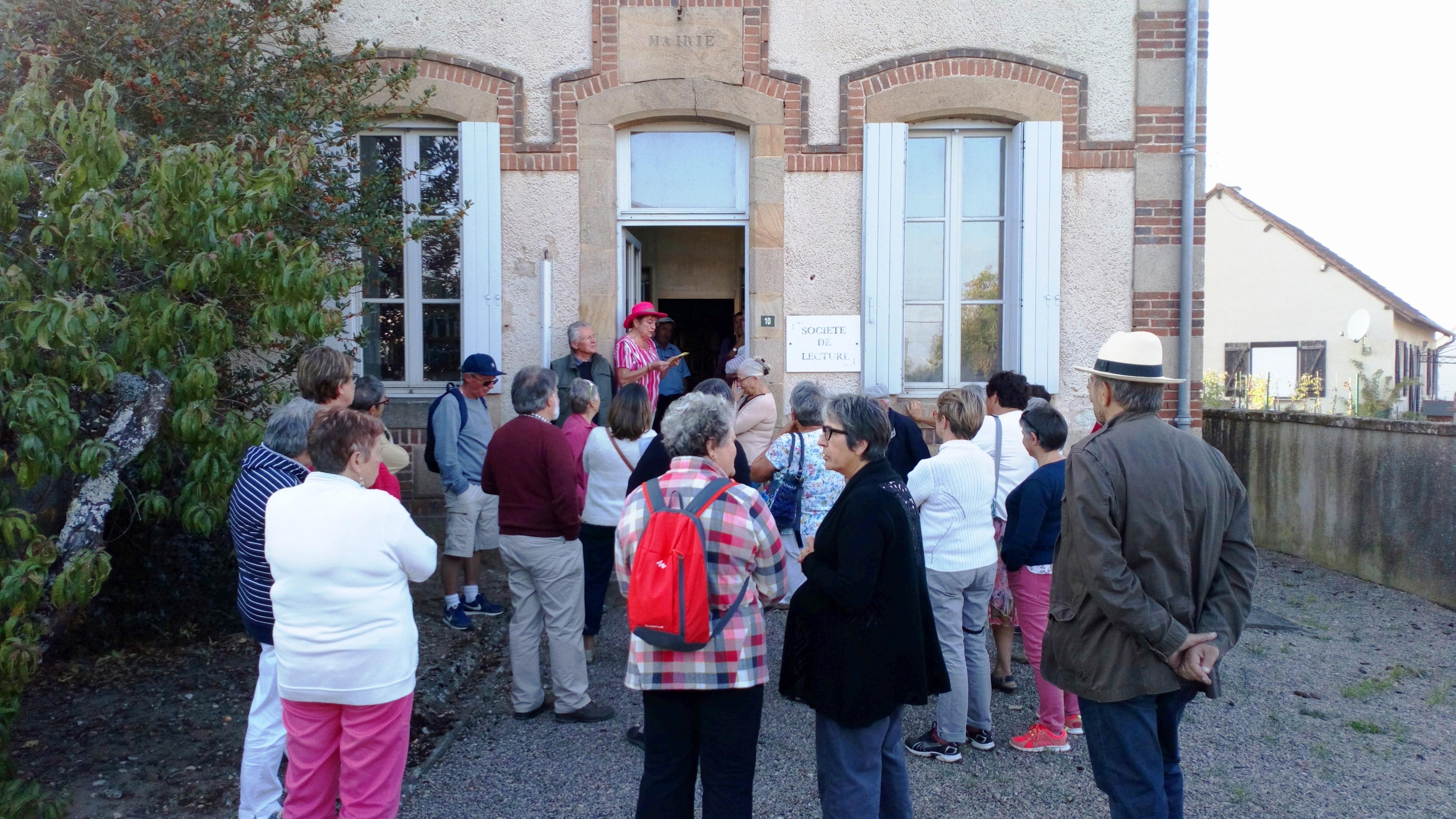 Quelques-uns des participants devant la société de lecture d'Ygrande fondée au 19e